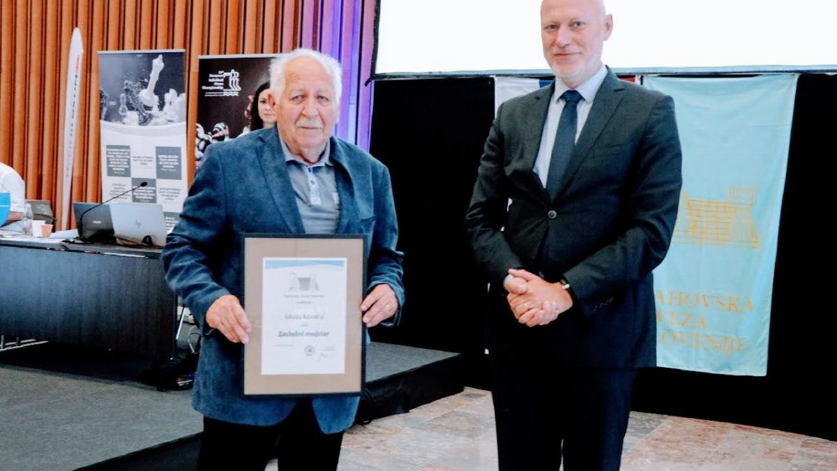 Bild: Hohe Auszeichnung vom Slowenischen Schachverband für Silvo Kovač