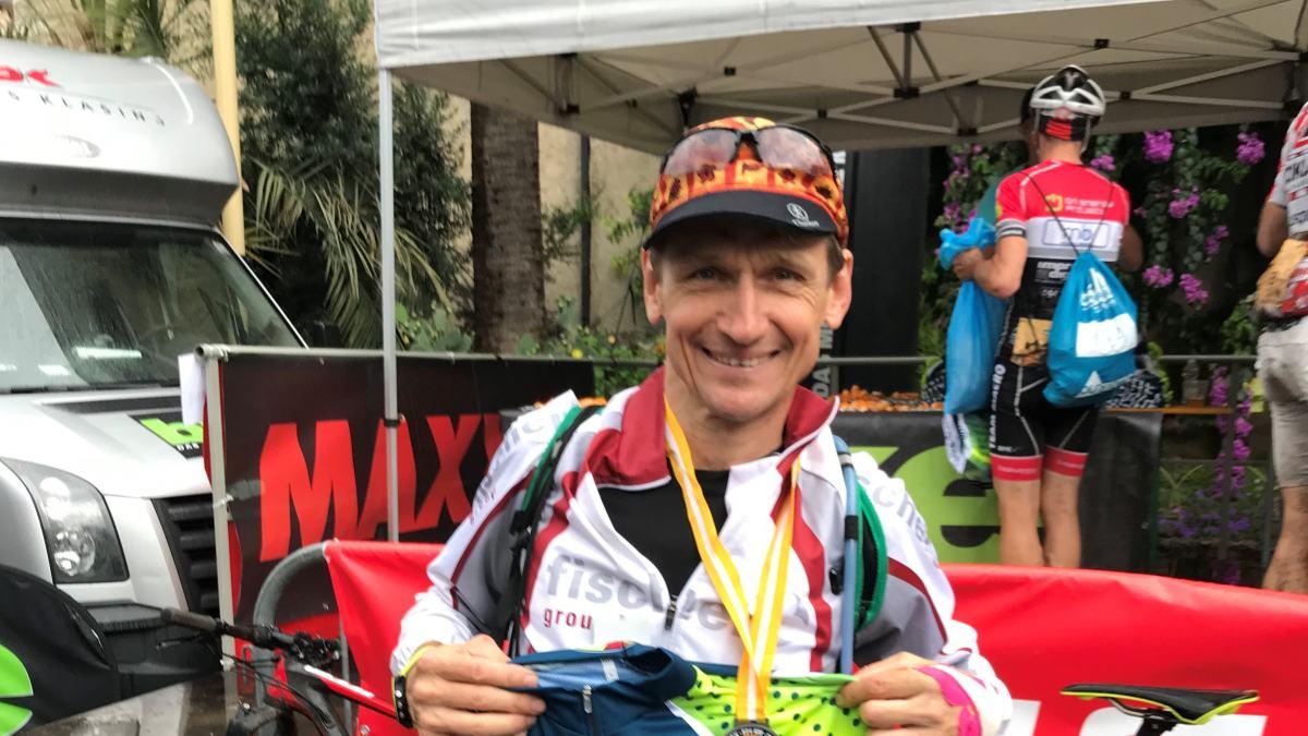 Slika: Max Zdouc leta 2018 na tekmovanju TRANSALP, ki poteka preko 500 km z gorskim kolesom.